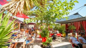 A restaurant or other place to eat at Domus Maritima