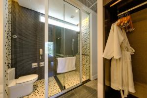 A bathroom at Lone Pine, The Boutique Hotel by The Beach