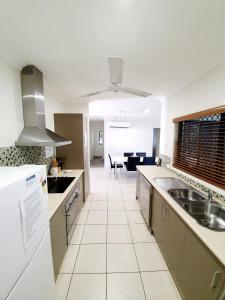 A kitchen or kitchenette at 3 bedroom central home
