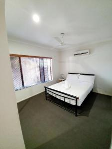 A bed or beds in a room at 3 bedroom central home