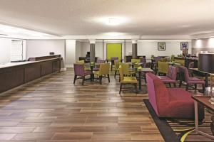 A restaurant or other place to eat at La Quinta Inn by Wyndham Fresno Yosemite