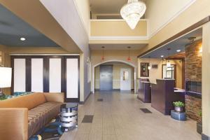 The lobby or reception area at La Quinta by Wyndham Elizabethtown