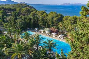 Widok na basen w obiekcie Formentor, a Royal Hideaway Hotel lub jego pobliżu