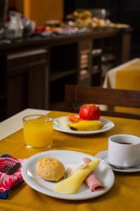 Breakfast options available to guests at LEON PARK HOTEL e CONVENÇÕES - Melhor Custo Benefício