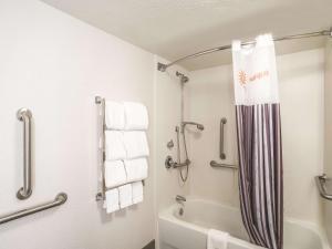 A bathroom at La Quinta by Wyndham Phoenix Chandler
