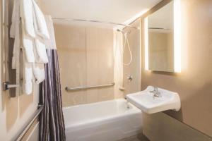 A bathroom at La Quinta by Wyndham Brooklyn Downtown