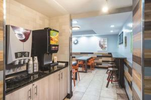 A restaurant or other place to eat at La Quinta by Wyndham Brooklyn Downtown