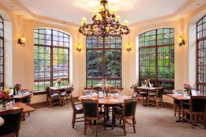 A restaurant or other place to eat at Tivoli Lodge