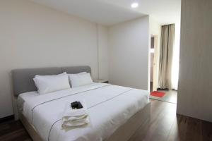 A bed or beds in a room at Higher Hotel