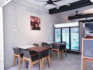 Un restaurante o sitio para comer en Rainbow House