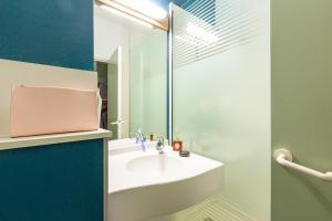 Salle de bains dans l'établissement ibis budget Paris Porte de Pantin