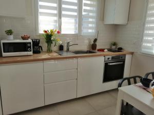 A kitchen or kitchenette at Gîte de l'Alisier - Rambouillet -