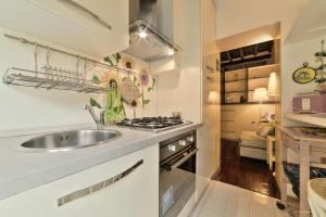 A kitchen or kitchenette at Wine Apartments Florence Trebbiano