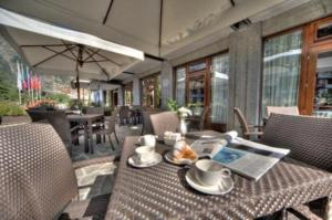 A restaurant or other place to eat at Cresta Et Duc Hotel