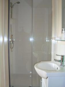 A bathroom at Crossways Tavern