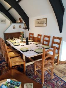 A restaurant or other place to eat at James John Hamilton House and hostel