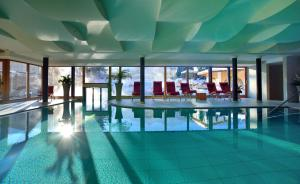Piscina en o cerca de Mirabell Dolomites Hotel Luxury Ayurveda & Spa