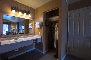 A bathroom at Headwaters Lodge & Cabins at Flagg Ranch