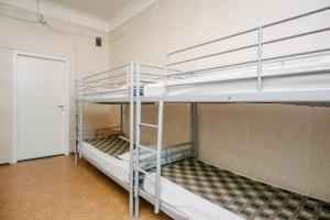 Двухъярусная кровать или двухъярусные кровати в номере Звезда Хостел