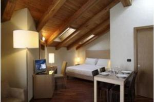 A bed or beds in a room at Savoia Mountain Resort