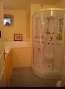 A bathroom at Les Chambeaux