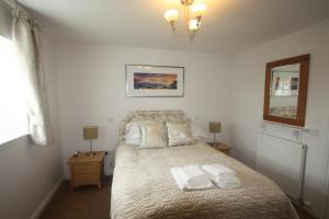 A bed or beds in a room at Anniston Farm Cottages