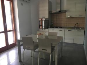 A kitchen or kitchenette at Casa Talamo/ Appartamento Mara