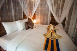 A bed or beds in a room at Ruji Ananta Cottage