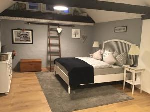 Ein Bett oder Betten in einem Zimmer der Unterkunft Alter Winzerhof