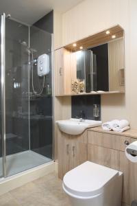 A bathroom at Eight Bells Inn