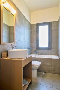 A bathroom at Aegina Bed & Culture