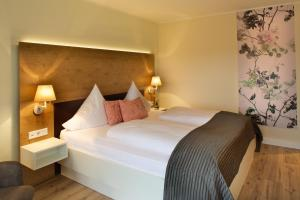 A bed or beds in a room at Jammertal Resort