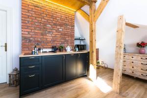 Cuisine ou kitchenette dans l'établissement The Old Town Square & Parizska Apartments