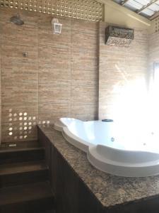 A bathroom at Thermas Paradise Cobertura de Alto Padrão
