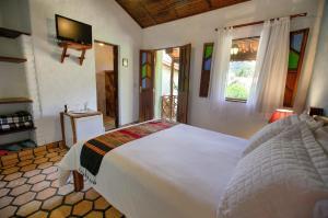 A bed or beds in a room at Pousada Pé no Mato