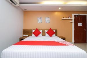 A bed or beds in a room at OYO 121 Hua Hin Good View near Bangkok hospital