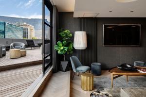 Ein Sitzbereich in der Unterkunft The Onyx Apartment Hotel