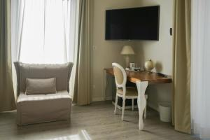 A television and/or entertainment centre at Hotel Genova Liberty
