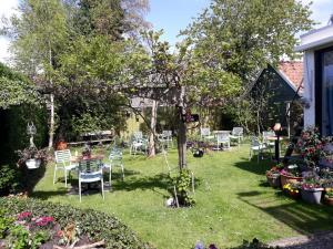 A garden outside Pension de Wadvaarder