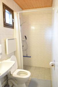 A bathroom at Visulahti Cottages
