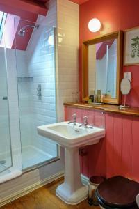 A bathroom at The Peat Spade Inn