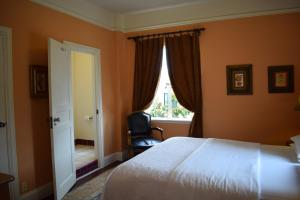 A bed or beds in a room at Berkeley City Club Hotel