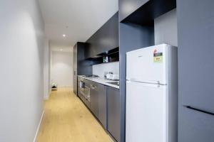 A kitchen or kitchenette at 80*EvelynGreen*2BR1Bth Apt*Collingwood* Close CBD
