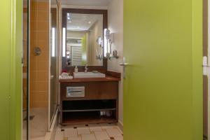 A bathroom at Résidence La vieille tour