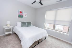 A bed or beds in a room at Kasa St Louis Forest Park Apartments