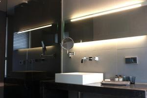 Een badkamer bij La Remise Suites
