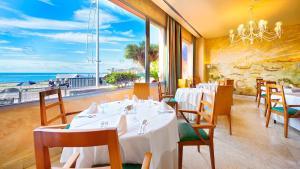 Een restaurant of ander eetgelegenheid bij BULL Reina Isabel & SPA