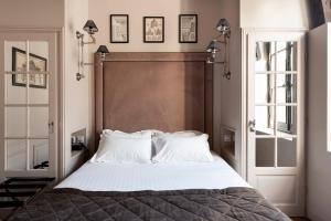 A bed or beds in a room at Hôtel Le Presbytère