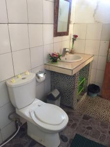 A bathroom at Barclona Guesthouses Lovina