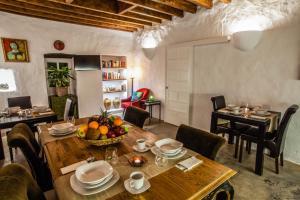 Un restaurante o sitio para comer en Los Lirios Hotel Rural - Adults Only